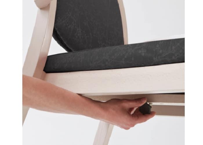 Ergonomische stoel met instelbare zitting zodat de onderbeen goed uitrust.
