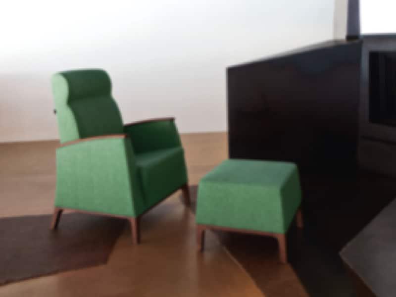 senioren relax fauteuil groene stoffering met poef sfeer
